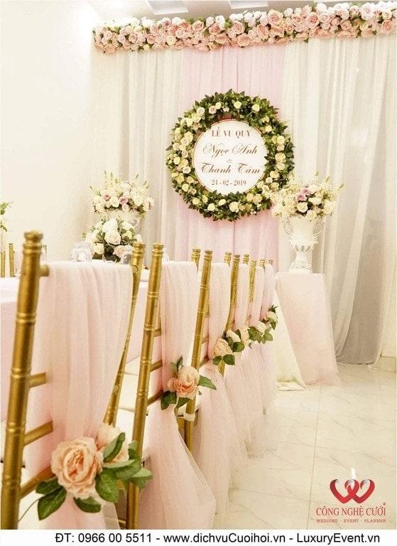 Trang tri gia tiên với phông cưới hỏi