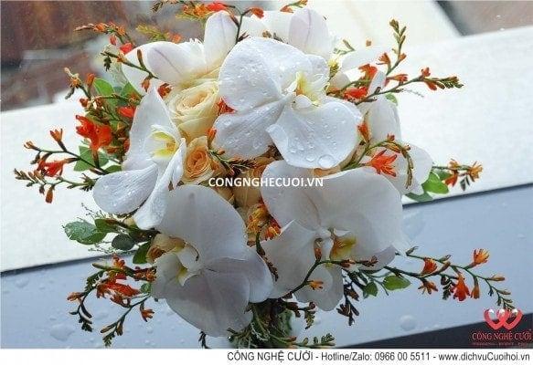 Hoa cầm tay cô dâu tông màu cam