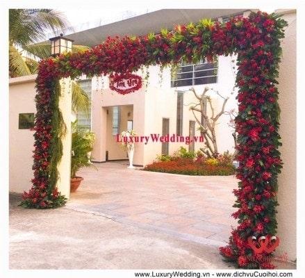Cổng hoa tươi màu đỏ