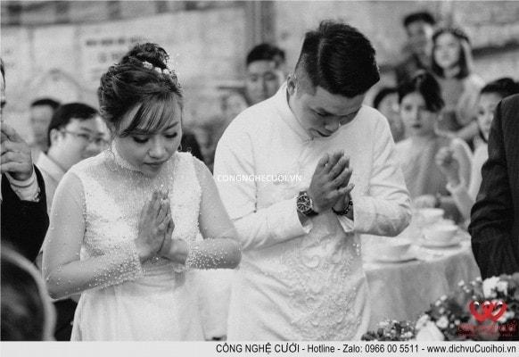 Cô dâu chú rể thắp nhanh lại bàn thờ tổ tiên