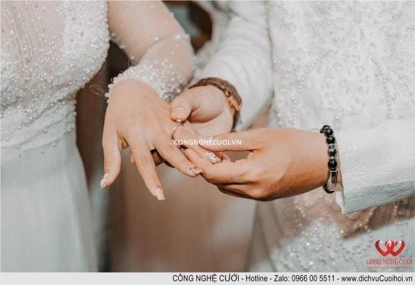 Chú rể trao nhẫn đính hôn cho cô dâu trong ngày đính hôn