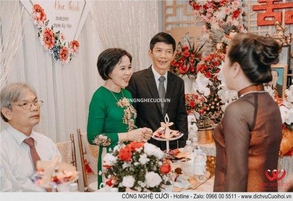 Ba mẹ chú rể và ba mẹ cô dâu cùng trò chuyện về con dâu và con rể và các bước cho ngày cưới