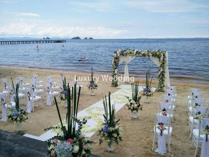 Trang trí lể cưới biển với tông xanh